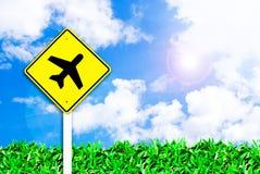 Flugzeugflughafenzeichen auf schönem Himmel Stockfotos