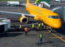 Flugzeugfluglinie Saratow-Fluglinien am Kai bewirtschaften auf dem Flugplatz von Domodedovo-Flughafen Stockfotografie