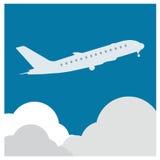 Flugzeugflugtickets bringen Fliegenwolkenhimmel-Reisehintergrund zur Sprache Stockbild