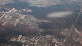 Flugzeugflugwesen über Stadt stock video