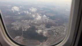 Flugzeugflugwesen über Stadt stock footage