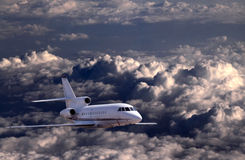 Flugzeugflugwesen über Wolken Stockfotos