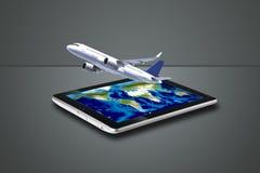 Flugzeugflugwesen heraus tablet Lizenzfreie Stockfotografie