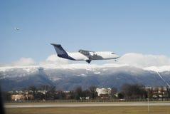 Flugzeugflugwesen niedrig Stockbild
