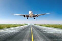 Flugzeugflugzeug-Fliegenabfahrt nach Flug, Landung auf einer Rollbahn am Himmeltag des freien Raumes des guten Wetters lizenzfreie stockfotografie