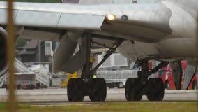 Flugzeuggang und Maschinennahaufnahme stock video