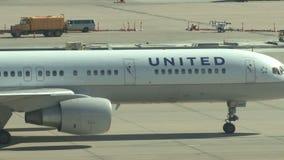 Flugzeugjet, der mit einem Taxi fährt, um mit einem Gatter zu versehen stock video