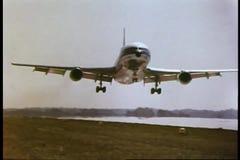 Flugzeuglandung auf Rollbahn stock video footage
