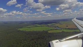 Flugzeuglandung am Flughafen stock video footage