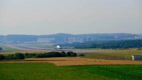 Flugzeuglandung am Flughafen stock footage