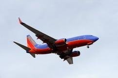 Flugzeuglandung am Flughafen Lizenzfreie Stockfotos