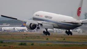 Flugzeuglandung in Frankfurt stock footage
