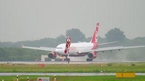 Flugzeuglandung am regnerischen Wetter stock footage