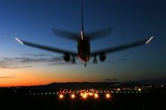Flugzeuglandung am Sonnenuntergang Stockfotos