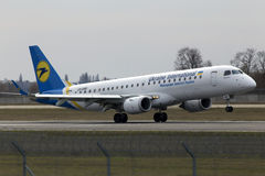 Flugzeuglandung Ukraine International Airliness Embraer ERJ190-100 auf der Rollbahn Lizenzfreie Stockbilder