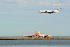 Flugzeuglandung und -abreise Stockfotos