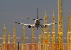 Flugzeuglandung und Landescheinwerfer. Lizenzfreie Stockbilder