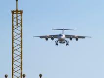 Flugzeuglandung und Landescheinwerfer. Lizenzfreies Stockbild
