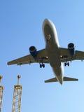 Flugzeuglandung und Landescheinwerfer. lizenzfreie stockfotografie