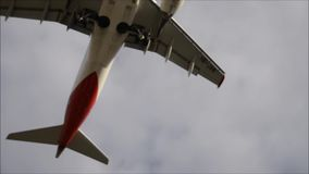 Flugzeuglandungen - freihändig stock video footage