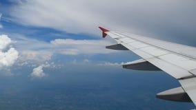 Flugzeuglandungsflug der Gesamtlänge 4K Flügel eines Flugzeugfliegens über den Weißwolken und dem blauen Himmel Schöne Vogelpersp stock footage