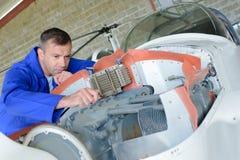 Flugzeugmechaniker bei der Arbeit lizenzfreie stockfotografie