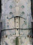 Flugzeugmetalloberfläche mit Aluminium und Nieten Stockfoto