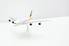 Flugzeugmodell auf weißer Tabelle Lizenzfreie Stockfotos