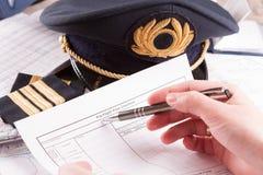 Flugzeugpilot, der im Flug Plan füllt Stockfoto