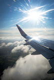 Flugzeugreise mit Sonne Stockfotografie
