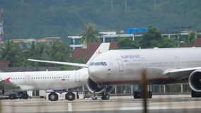 Flugzeugschleppen vor Abfahrt stock video