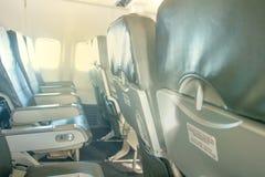 Flugzeugsitze und -fenster Stockfoto