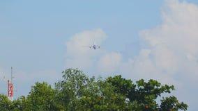 Flugzeugstart und -aufstieg stock video