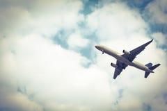 Flugzeugstart von den Rollbahnen am bewölkten Himmel Farbesepia Stockfotografie