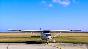 Flugzeugstellung, während seine Maschine eingeschaltet ist stock video footage