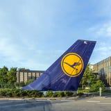 Flugzeugsteuer mit Lufthansa-Firmenzeichen an Lufthansa-Hauptsitz Lizenzfreie Stockfotos