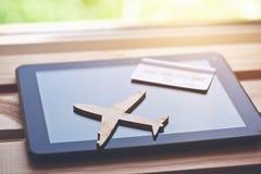Flugzeugsymbol mit Kreditkarte und Tablet-Computer stockbild