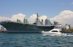 Flugzeugträger und Yacht Stockfotos