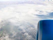 Flugzeugturbinen- und -landfelder unter Wolken stockfoto