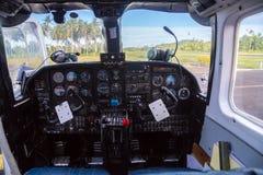 Flugzeugverkehr in Fidschi, Melanesien, Ozeanien Ansicht von einem Führerraum-Cockpitfenster eines kleinen Flugzeuges zu einem Fe stockbild