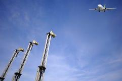 Flugzeugverkehr - flacher naher Flughafen stockfotografie