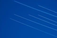 Flugzeugverkehr. Passagierflugzeuge der blaue Himmel. Stockfotos