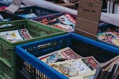 Fluide Glacjalni wydania na sprzedażach przy drugi ręki książki rynkiem w podwórzu Vieille giełda w Lille fotografia stock