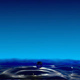 Fluidez do gotejamento, uma cratera pequena e uma bola da água foto de stock royalty free
