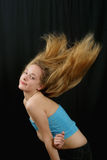 fluing的女孩头发年轻人 免版税库存图片