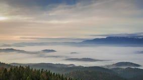 Fluir nubla-se nas montanhas de Tatra no nascer do sol, Polônia vídeos de arquivo