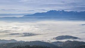 Fluir nubla-se no nascer do sol nas montanhas de Tatra, Polônia, Timelapse video estoque