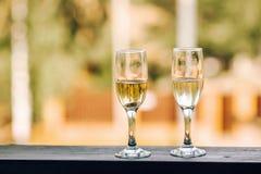 Fluiten of twee glazen champagne Stock Foto