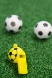 Fluitje en voetballen op kunstmatig gras Stock Foto