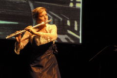 Fluitmusicus Emma Minchin op Boldtaks-stadium Stock Fotografie